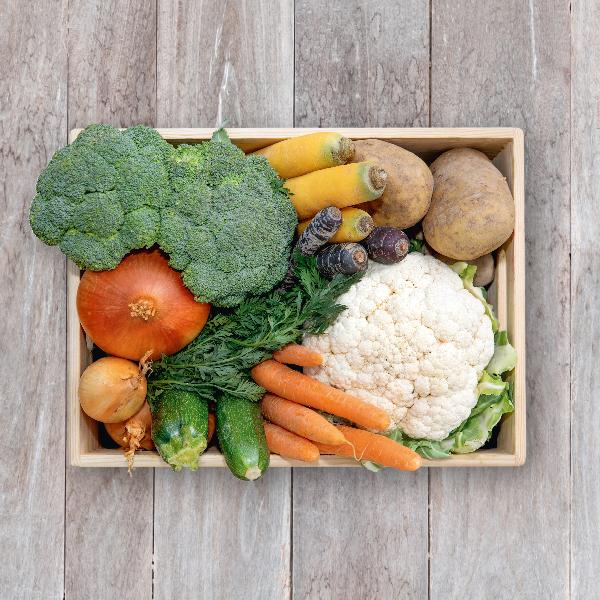 Obsthaus Kochgemüse-Kiste auf Holzboden mit allerlei Kochgemüse