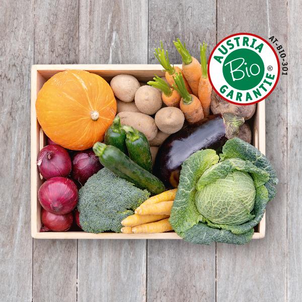 Obsthaus Bio-Kochgemüse-Kiste auf Holzboden mit allerlei Kochgemüse in Bioqualität