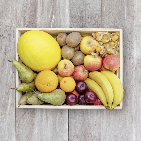 Obsthaus Obst-Kiste auf Holzboden mit allerlei Obst