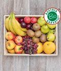 Obsthaus Bio-Obst-Kiste auf Holzboden mit allerlei Obst in Bioqualität